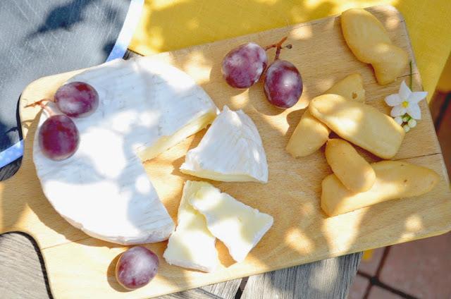 Camembert e uva per una merenda estiva in terrazzo