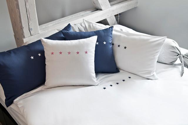 Letto bianco e blu con stelle