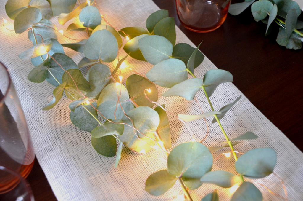 Centrotavola di primavera con eucalipto e lucine led rame